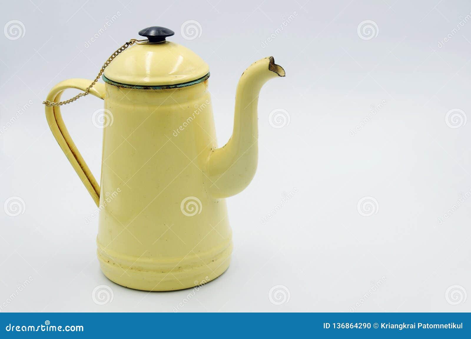 La jarra del esmalte del vintage es una amarillo claro en el backgound blanco