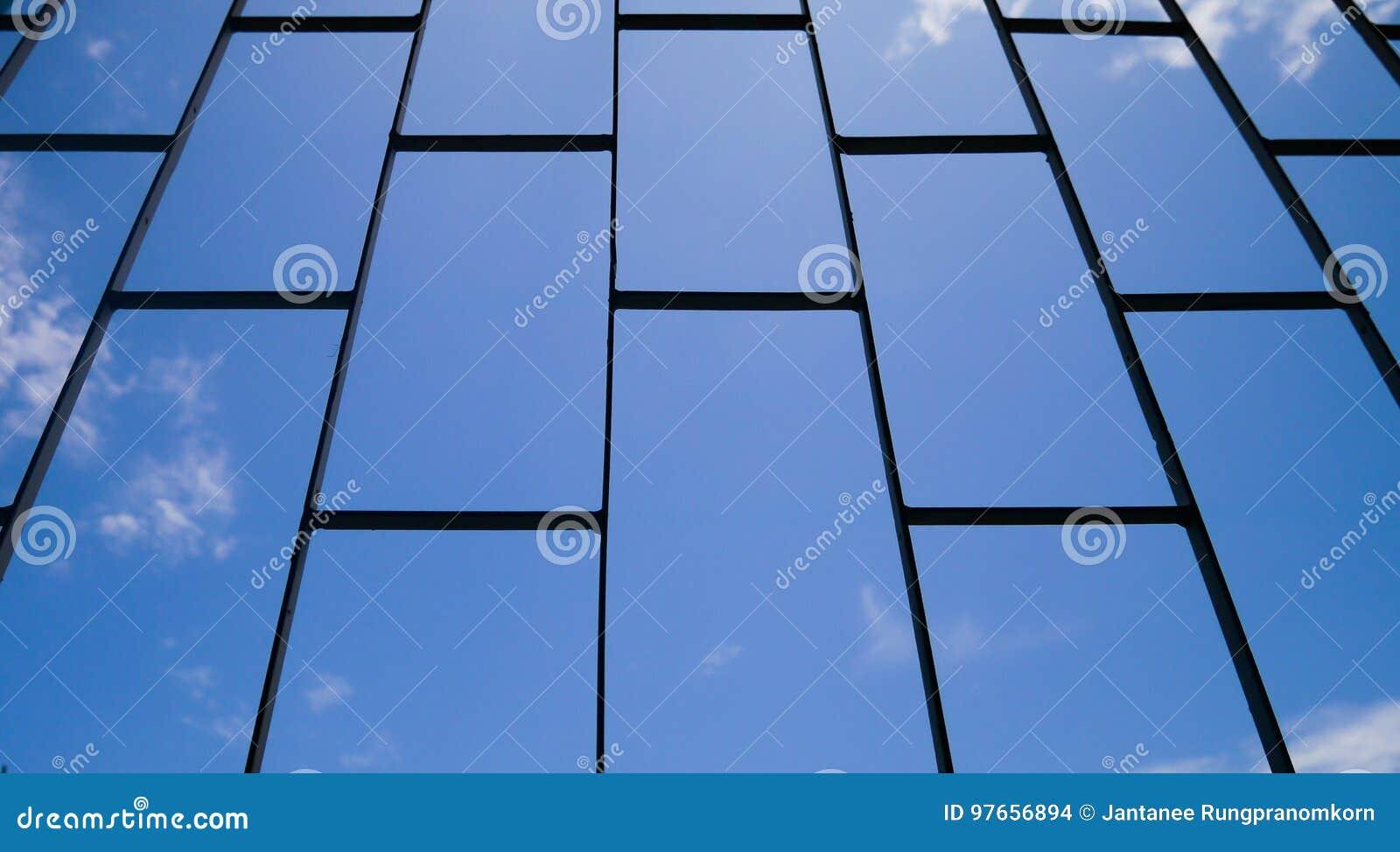 La jaula de acero con el cielo azul, mirada en el cielo de la cárcel, concepto de la cárcel