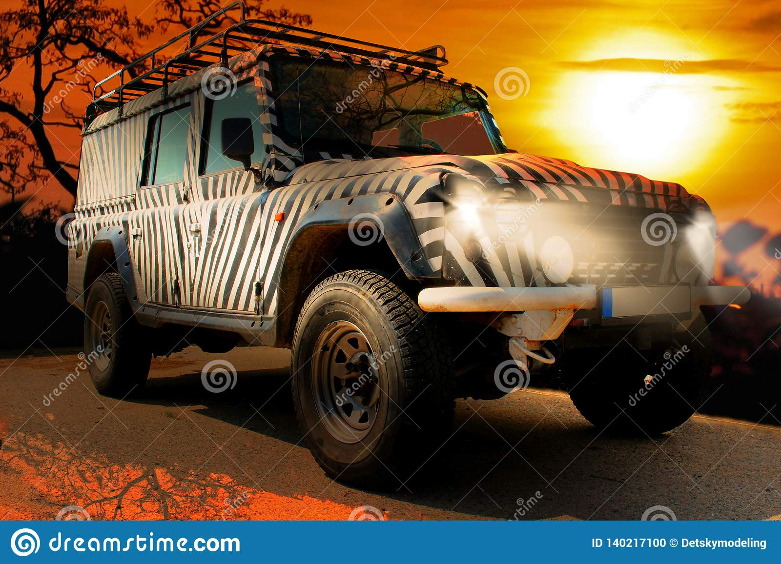 La jeep de safari avec un modèle de zèbre conduit par un savana chaud sec de la nature de l Afrique