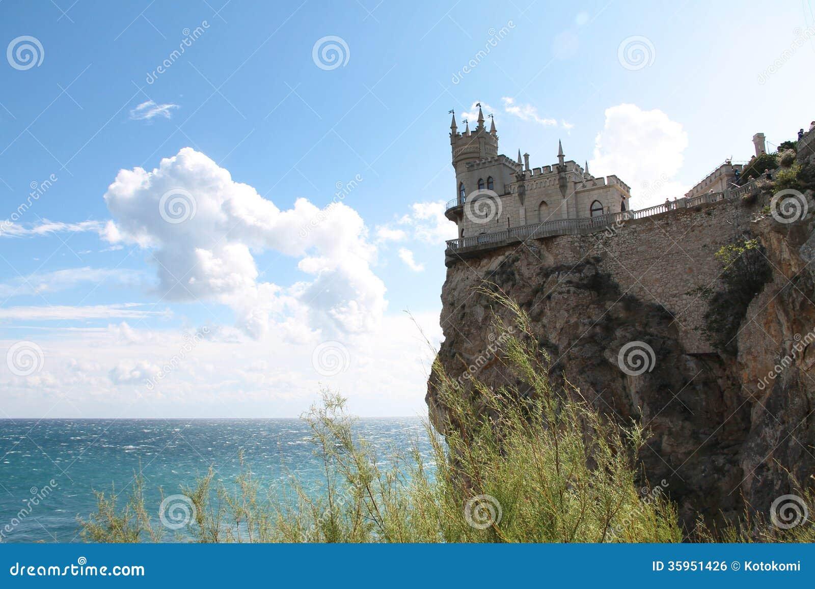 La jerarquía del trago viejo del castillo al borde del acantilado sobre el mar azul