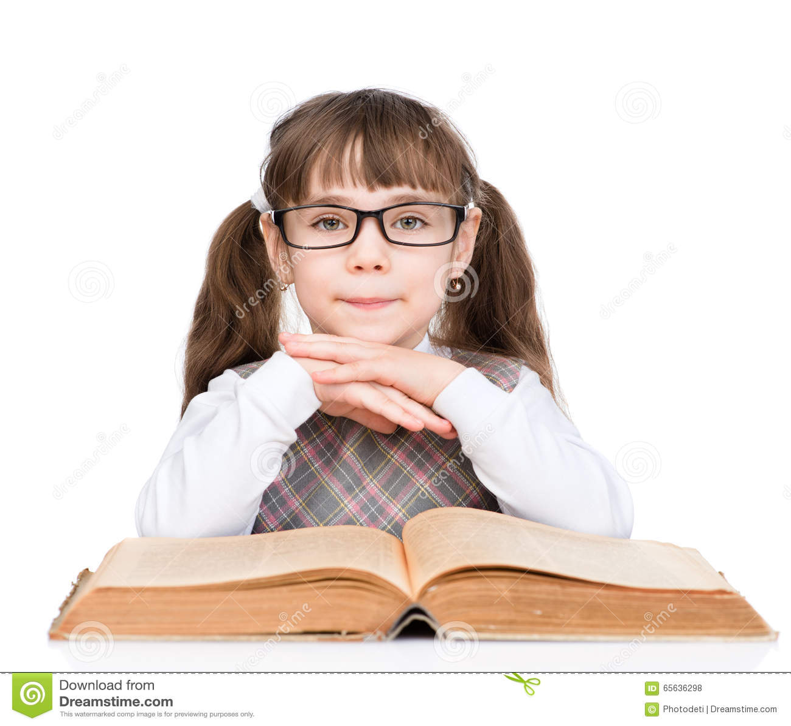 La jeune écolière avec des verres a lu le livre D isolement sur le blanc