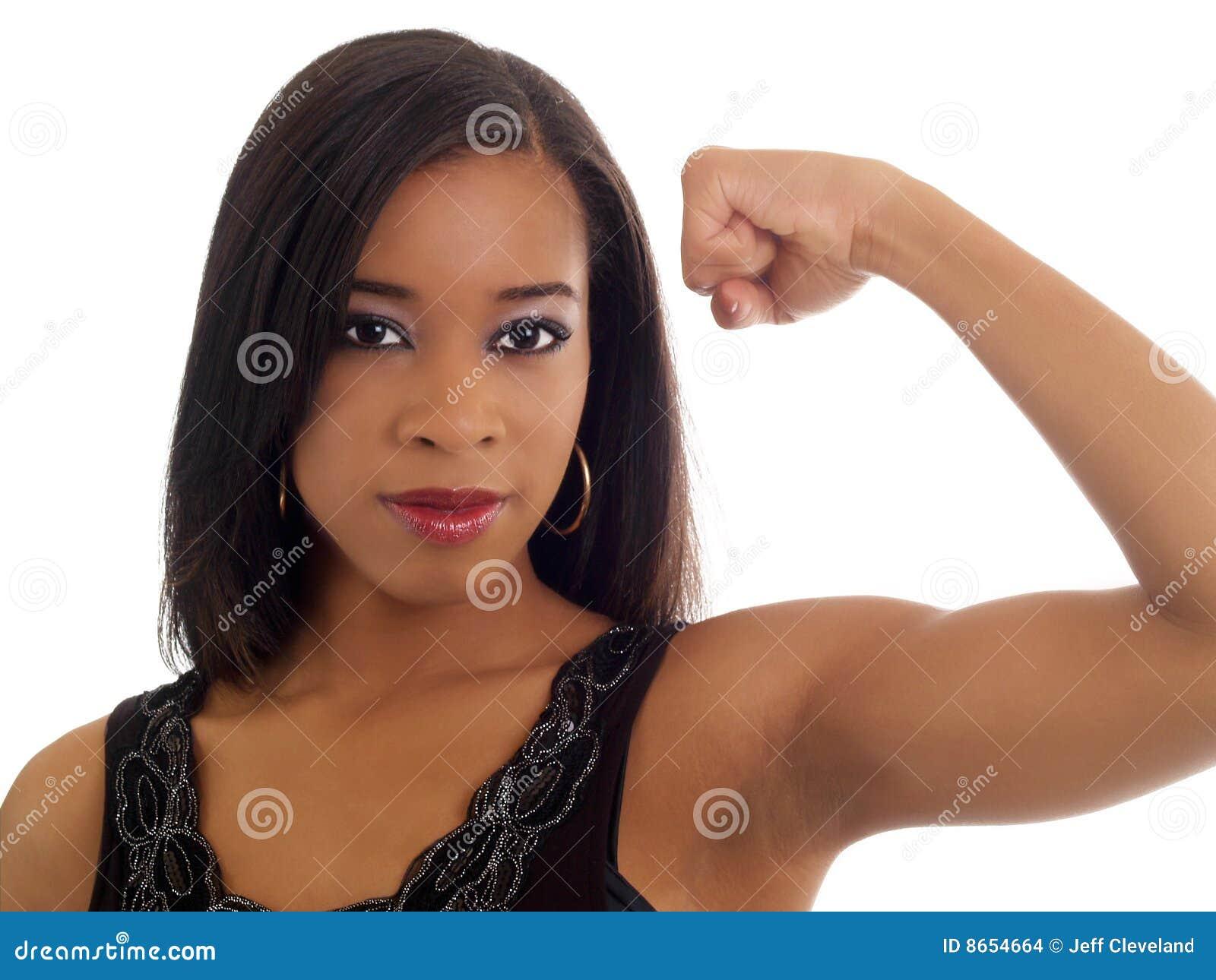 La jeune apparence de femme de couleur a modifié la tonalité la verticale de biceps
