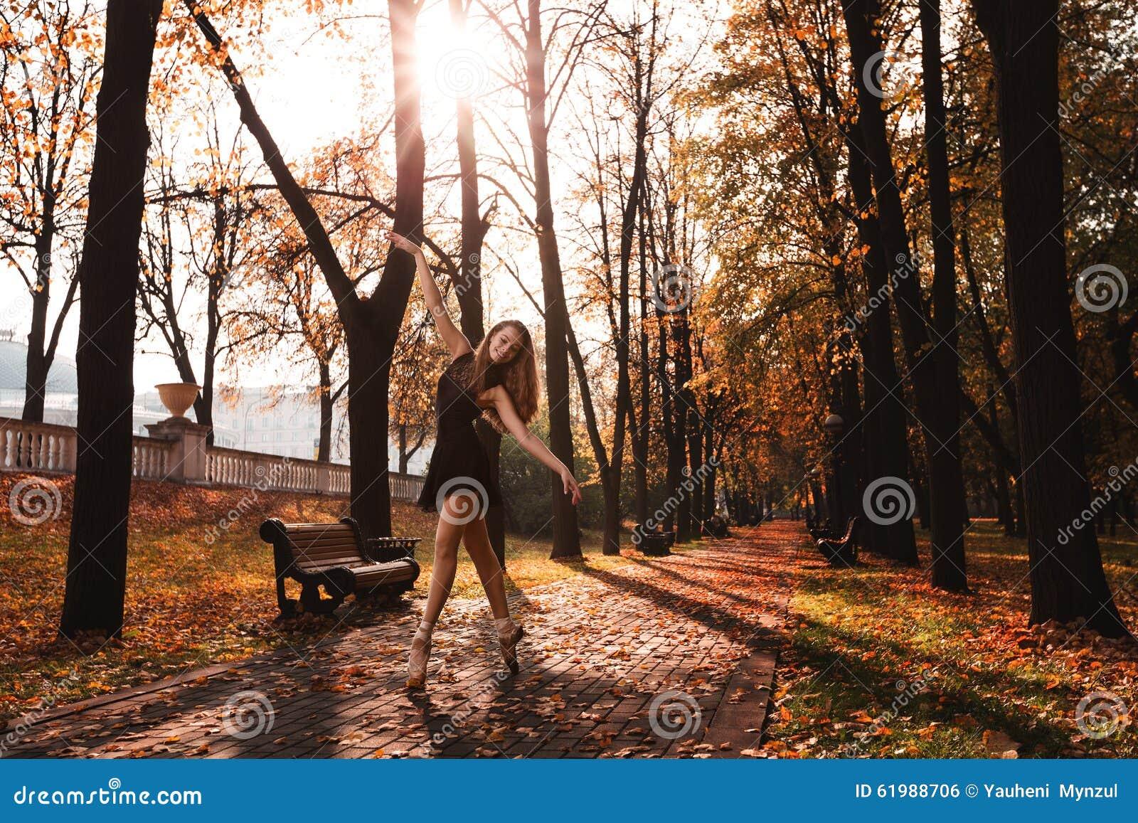 La jeune ballerine danse en parc d automne pendant le matin