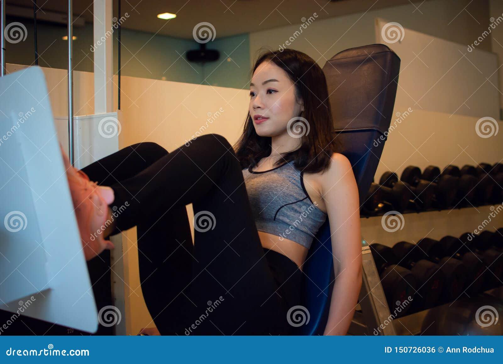 La jeune belle femme asiatique s exerce