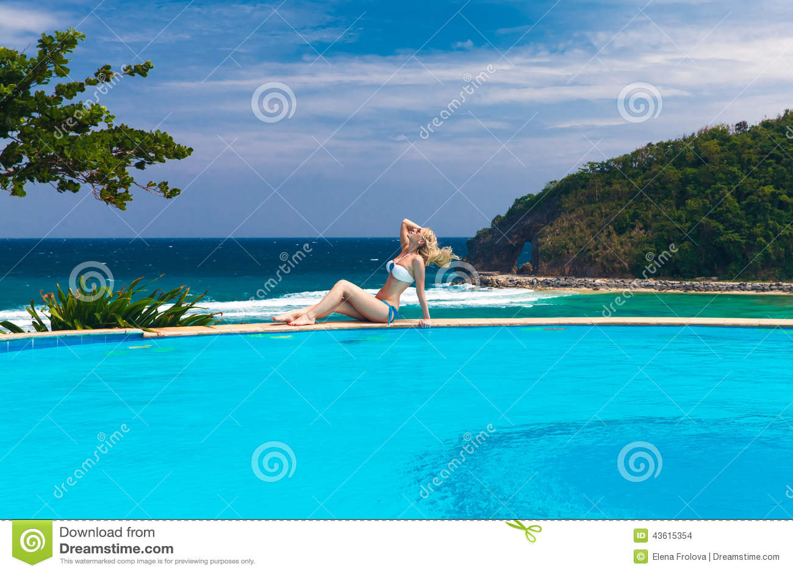 Video Bonasse blonde nqiuée dans sa piscine, video