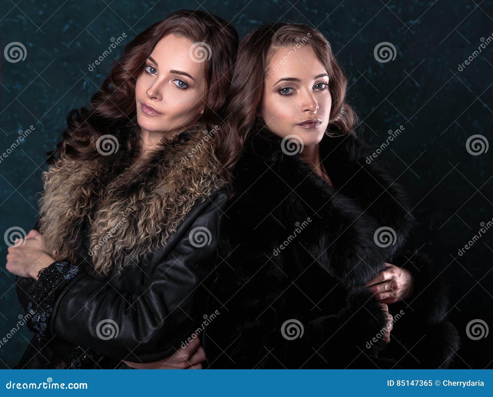Femmes Naturelles Photos la jeune brune jumelle des femmes avec les fourrures de port