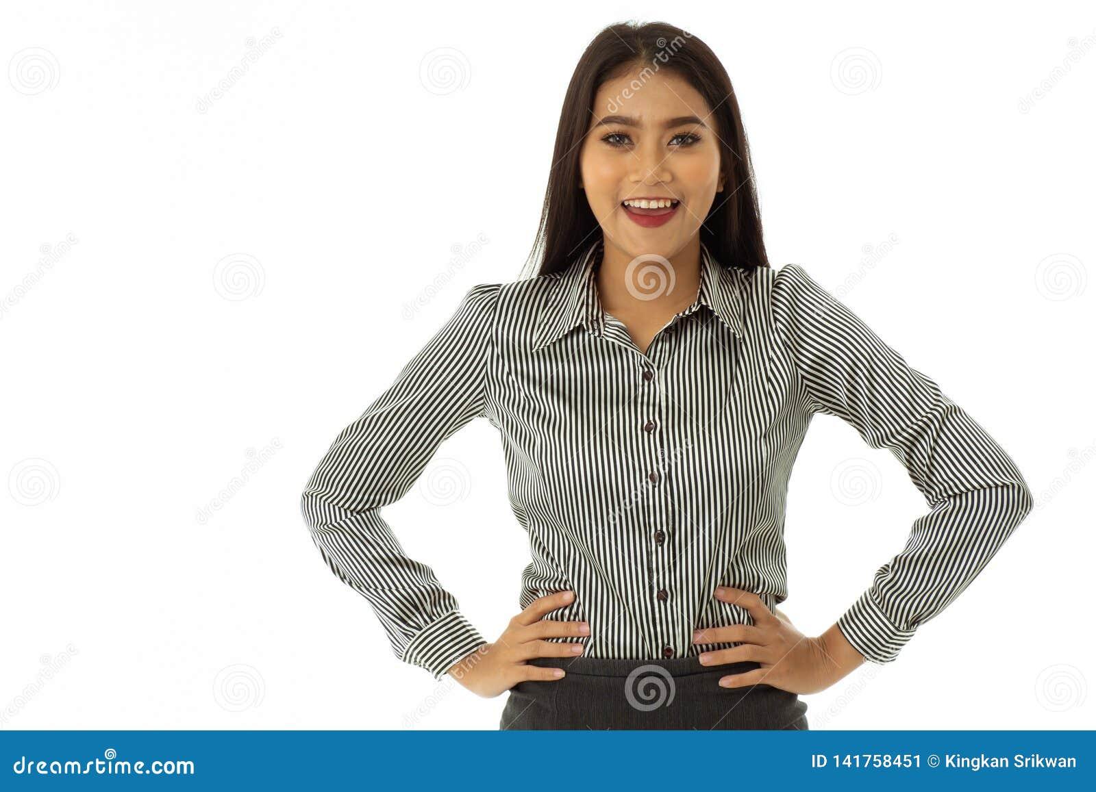 La jeune dame de bel Asiatique heureux s est tenue avec des bras sur les hanches