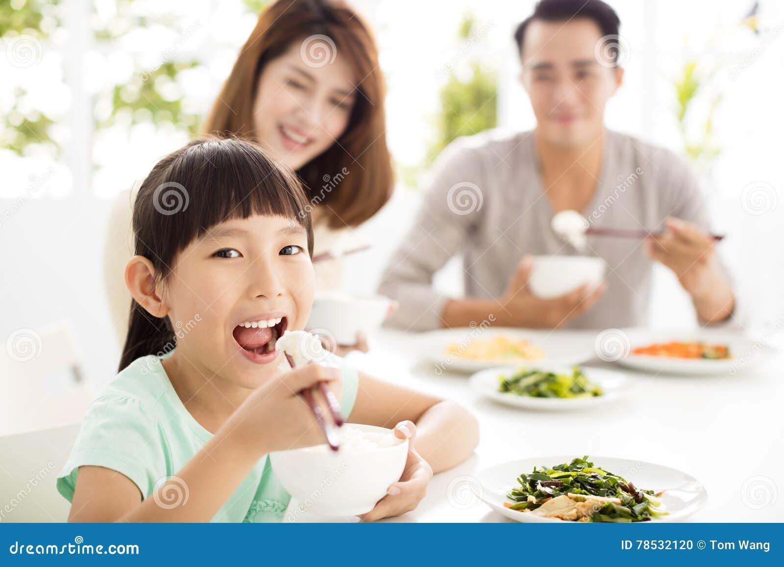 La jeune famille heureuse apprécient leur dîner