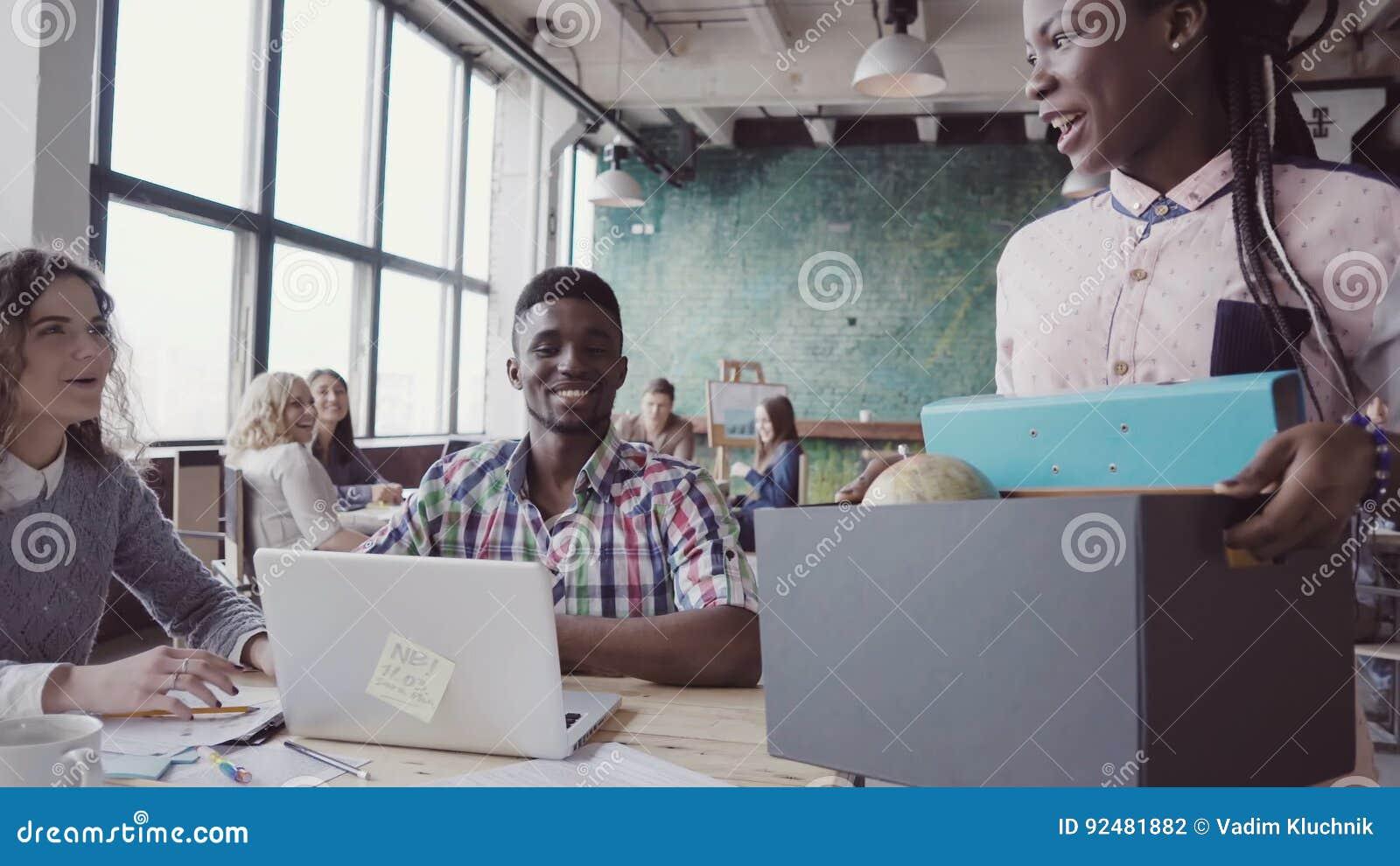 La jeune femme africaine récemment engagée pour le travail d