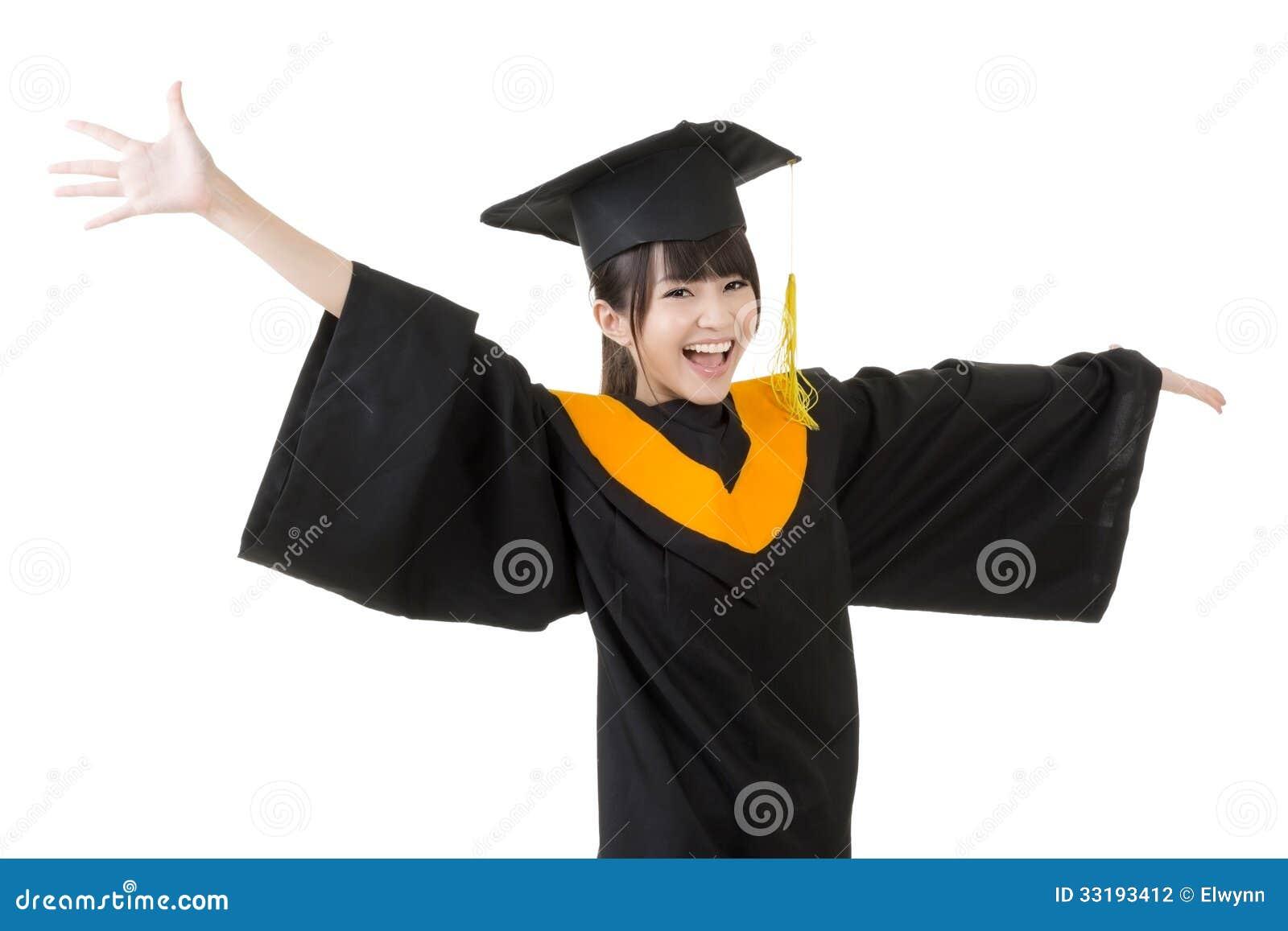 La jeune femme asiatique d obtention du diplôme est heureuse