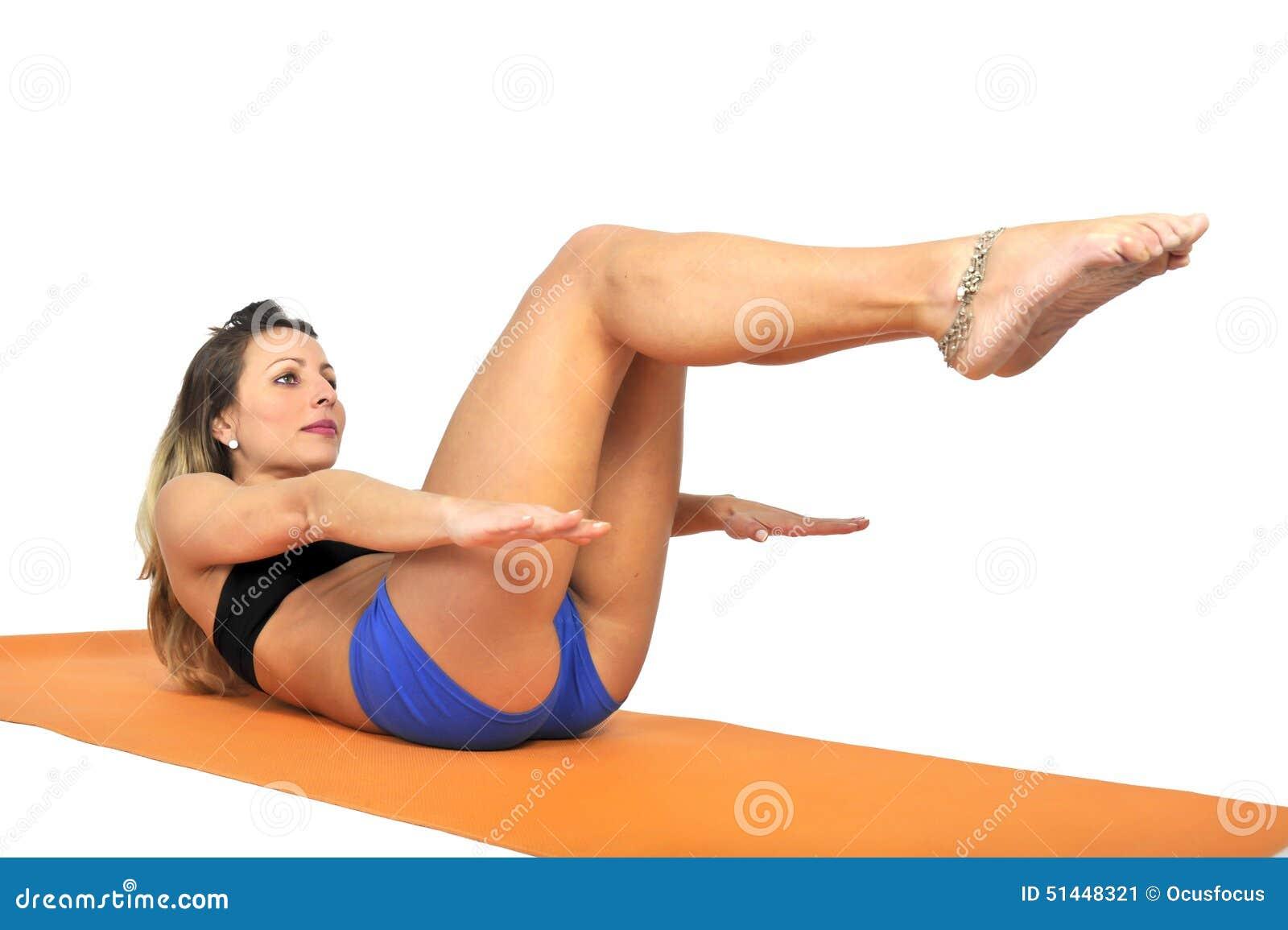 la jeune femme attirante sexy d 39 ajustement au gymnase faisant l 39 exercice de yoga et s 39 tendant. Black Bedroom Furniture Sets. Home Design Ideas