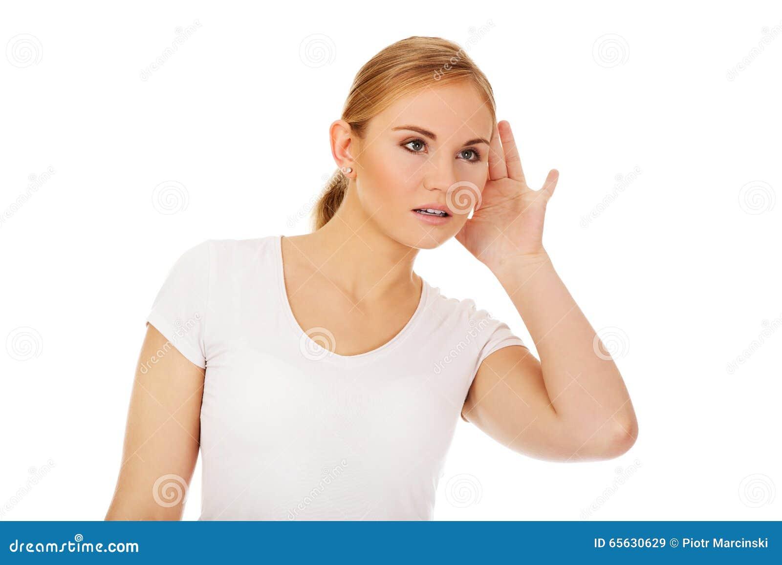 La jeune femme choquée surprend la conversation