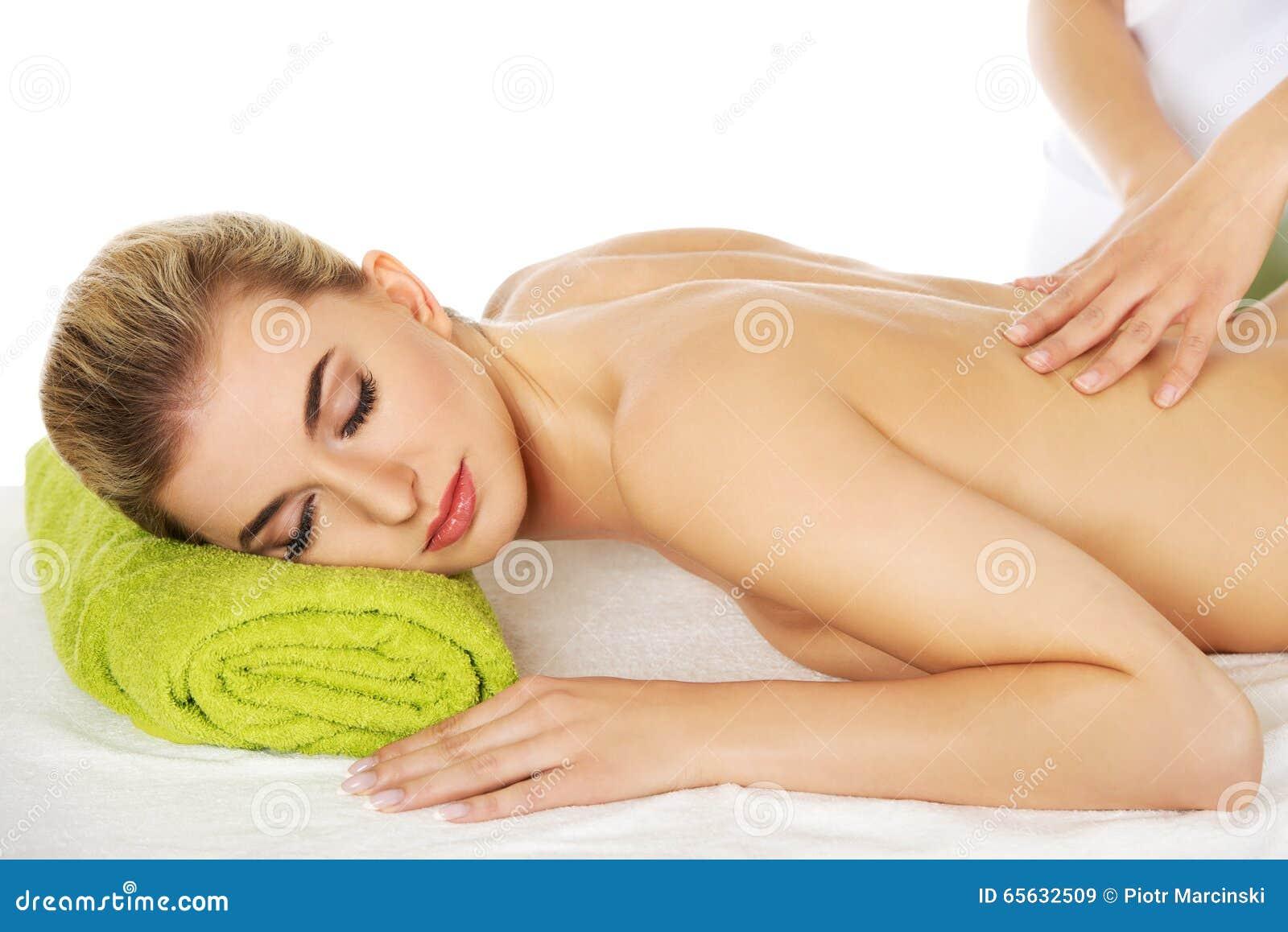 La jeune femme décontractée se trouvant sur une table de massage et a le massage