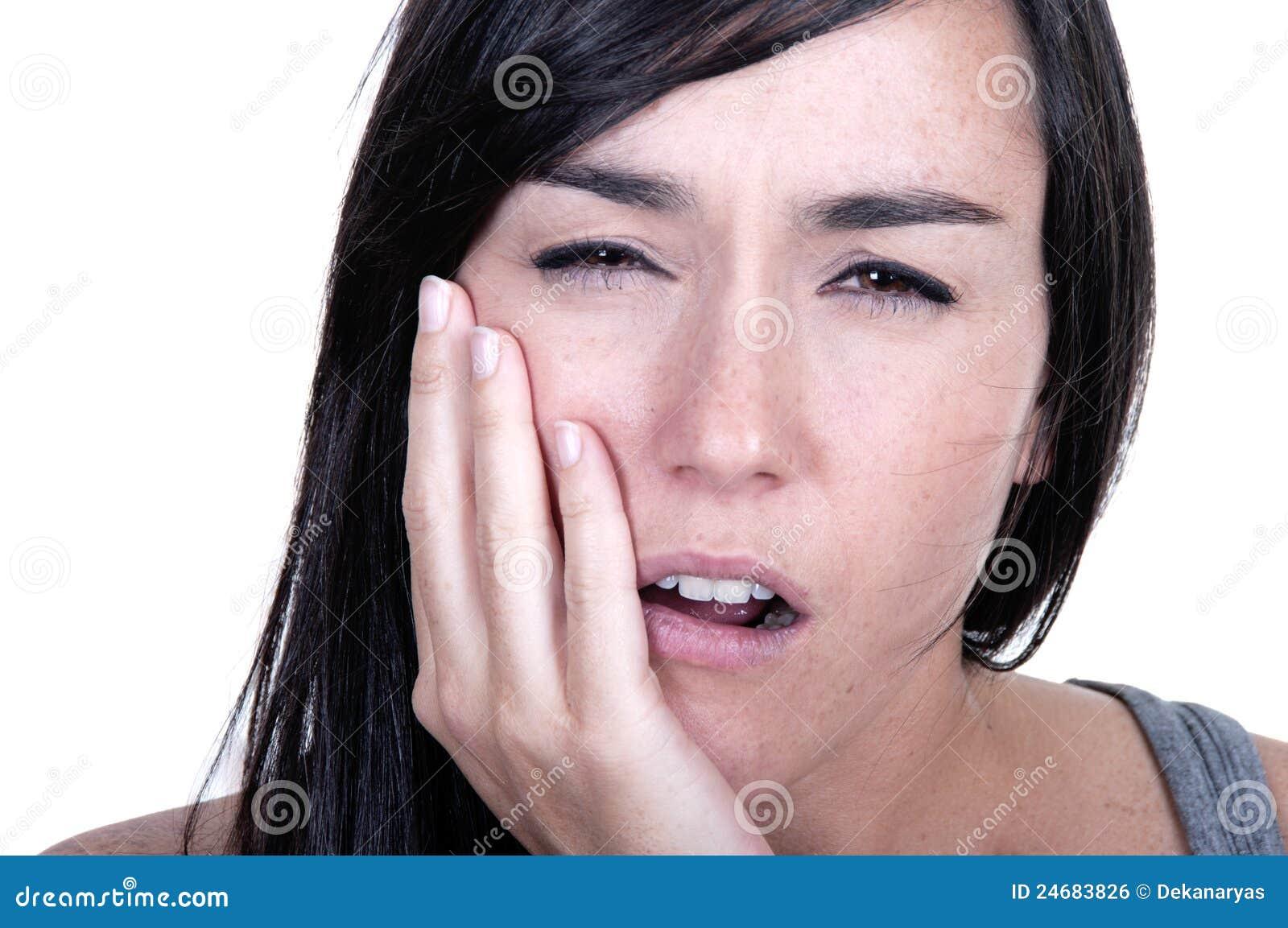 La jeune femme en douleur a le mal de dents