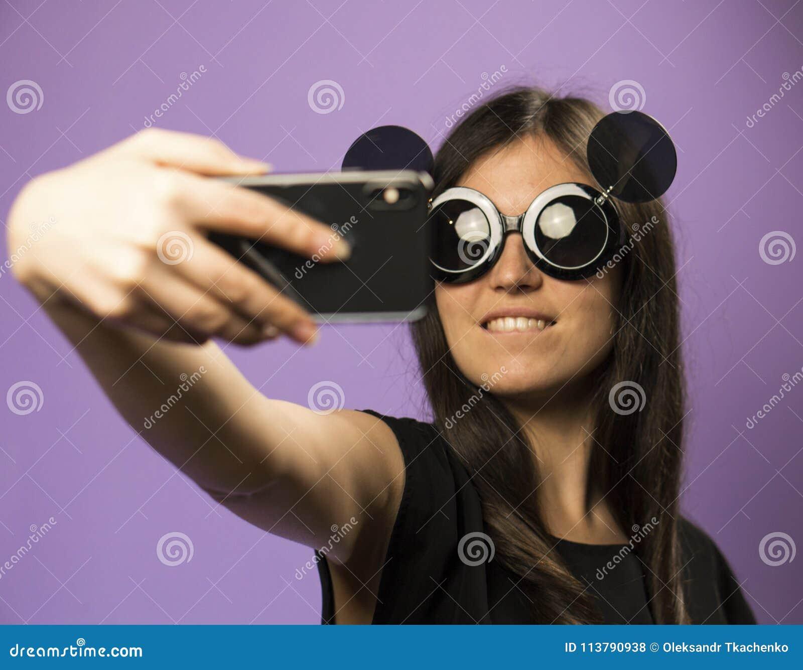 Noires De Font Lunettes La Selfie Dans Jeune Des Femme Soleil b76ygvYf