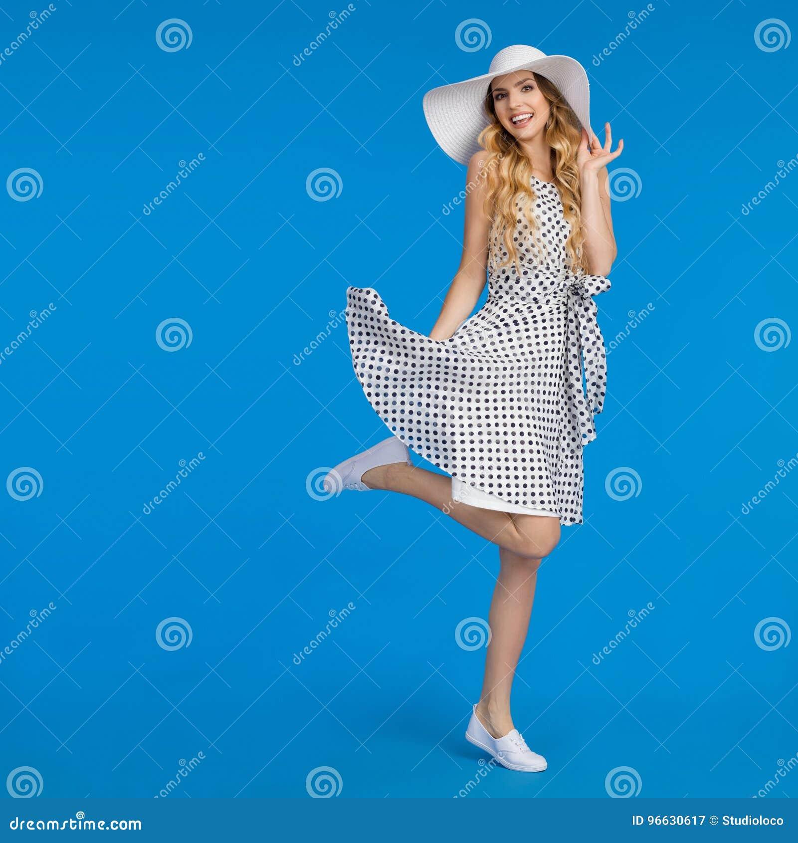 062404153a1 La Jeune Femme Heureuse Dans La Robe D été
