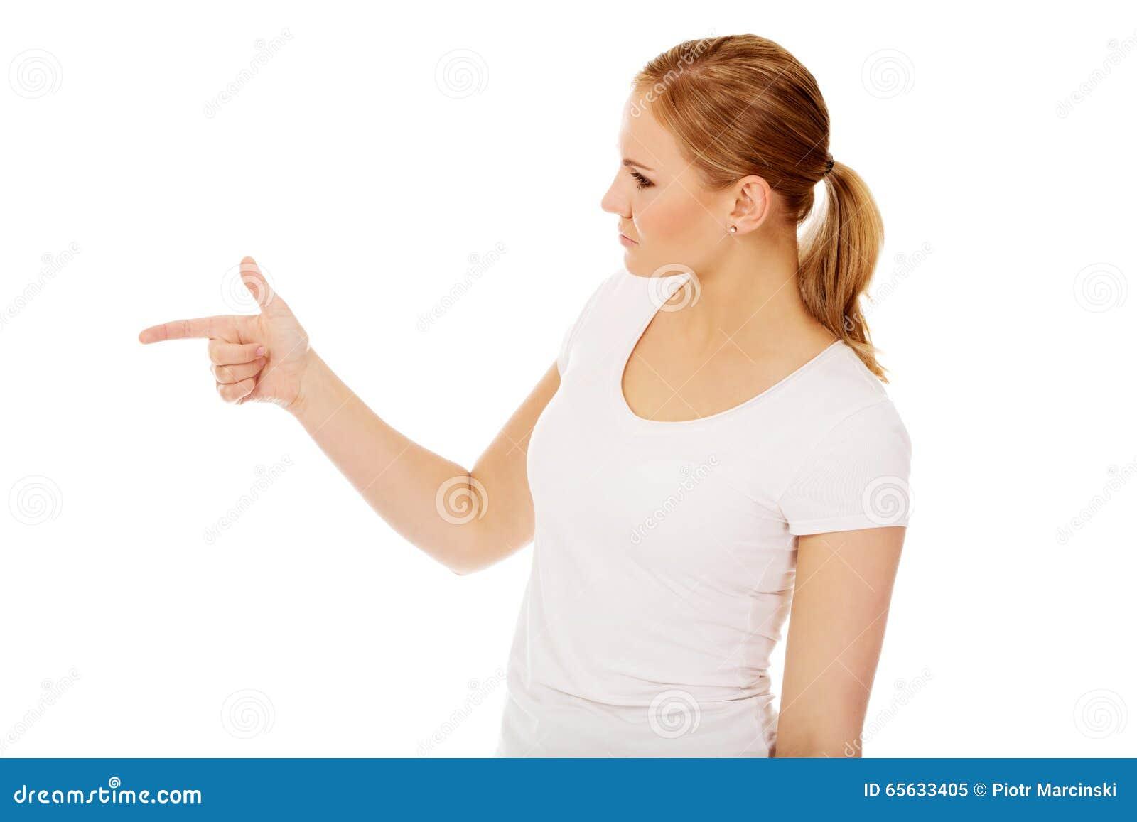 La jeune femme menace quelqu un le doigt