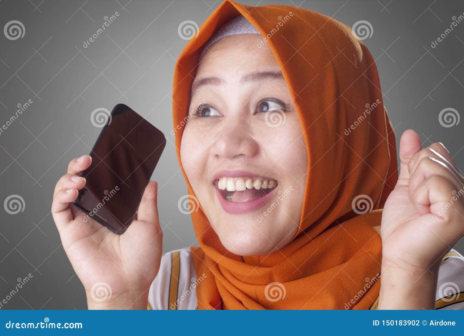 La jeune femme musulmane obtiennent de bonnes nouvelles ? son t?l?phone