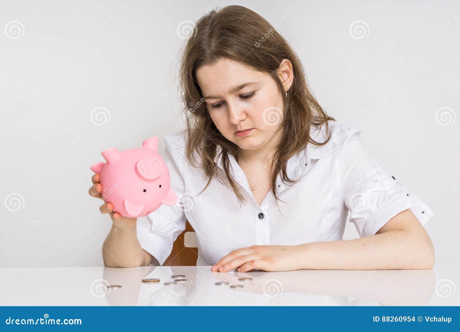 La jeune femme n ont aucun argent Sa banque porcine d argent avec l épargne est vide