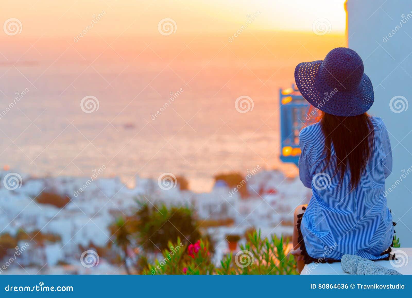 la jeune femme regarde le coucher du soleil au dessus d. Black Bedroom Furniture Sets. Home Design Ideas