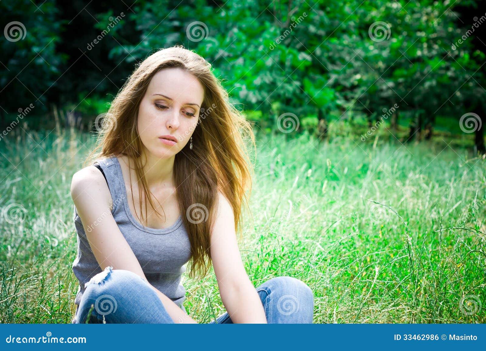 La jeune femme s assied