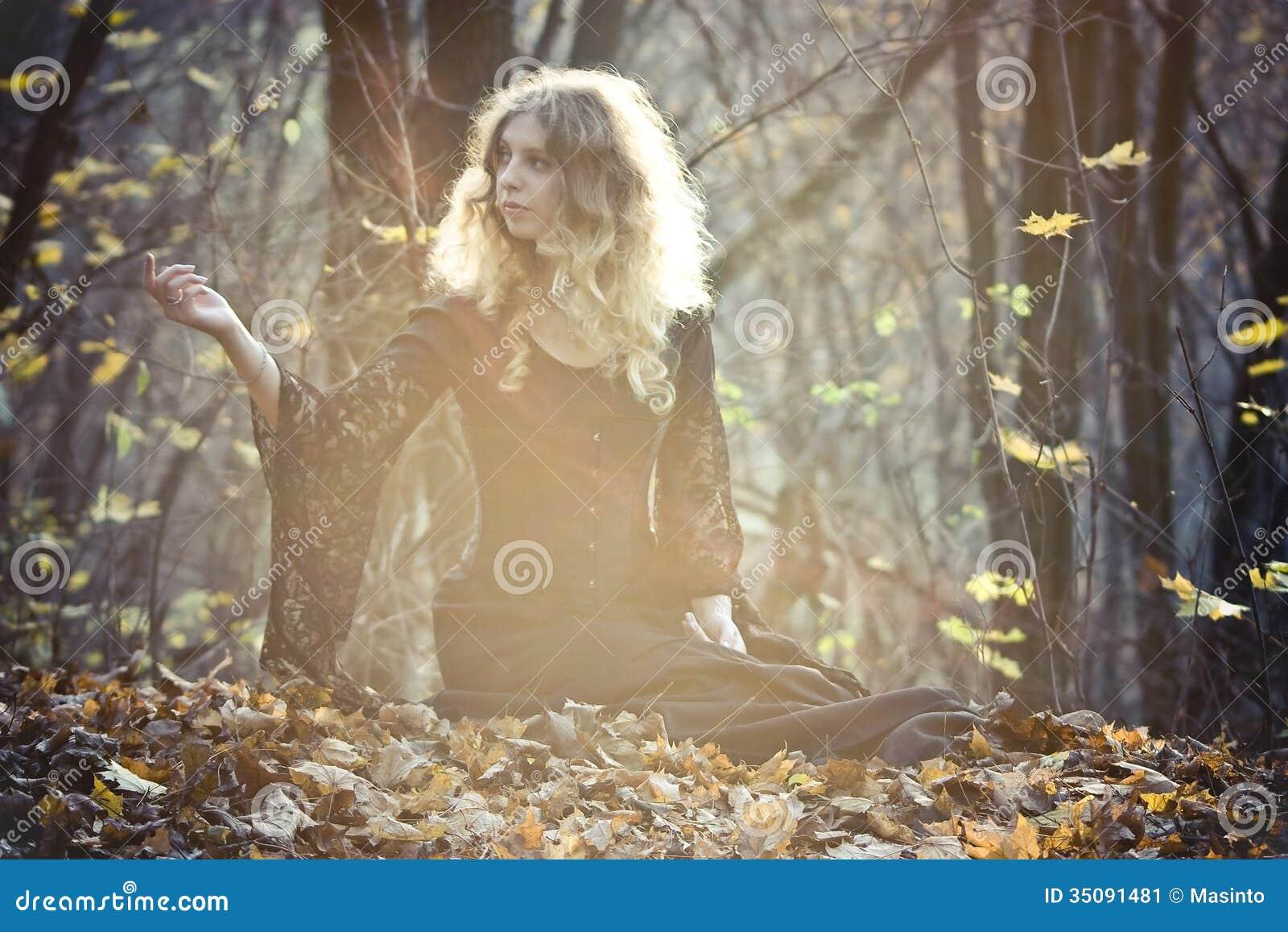 La jeune femme s assied dans le bois féerique