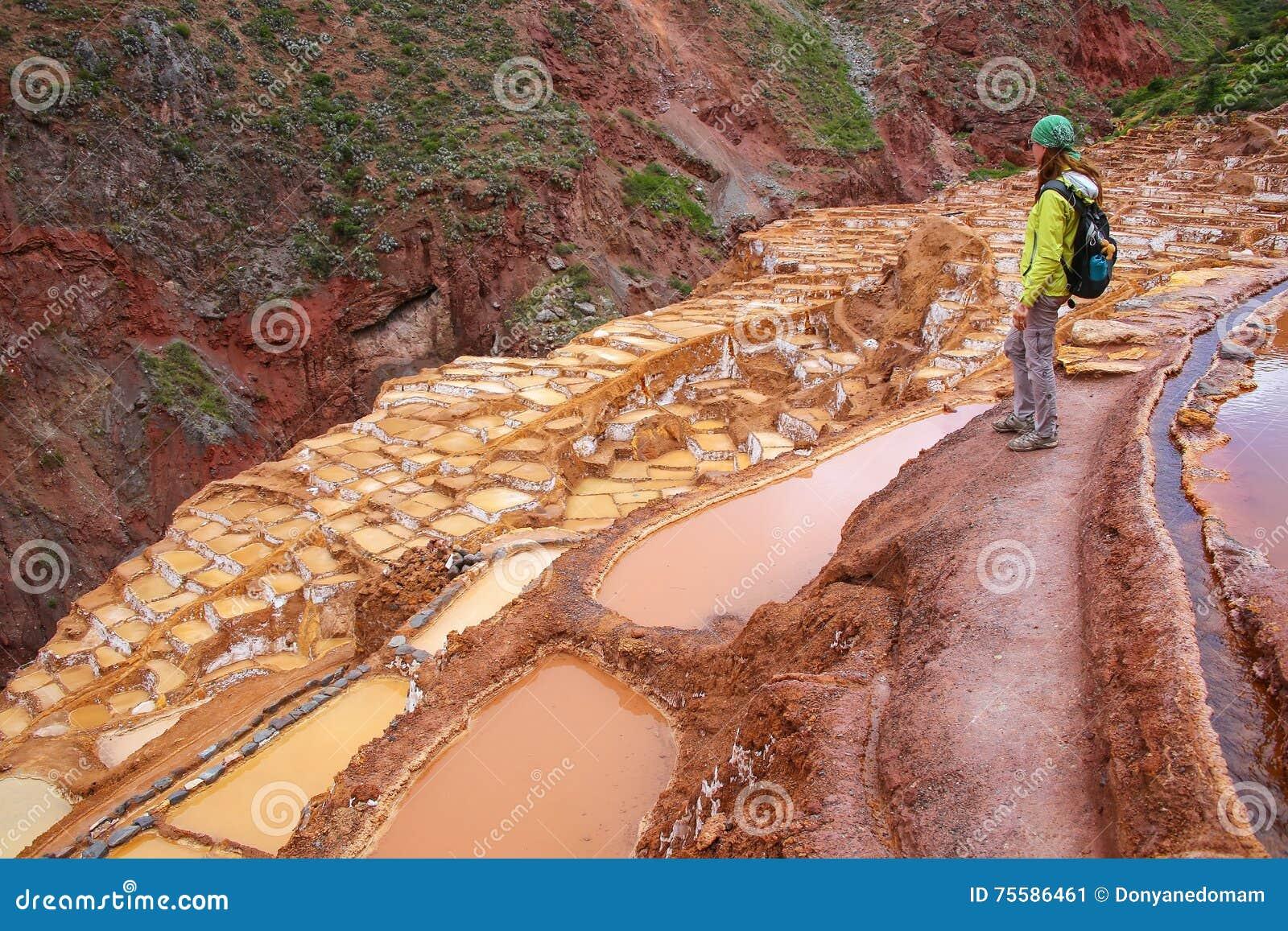 La jeune femme se tenant à l évaporation de sel de Salinas de Maras s accumule