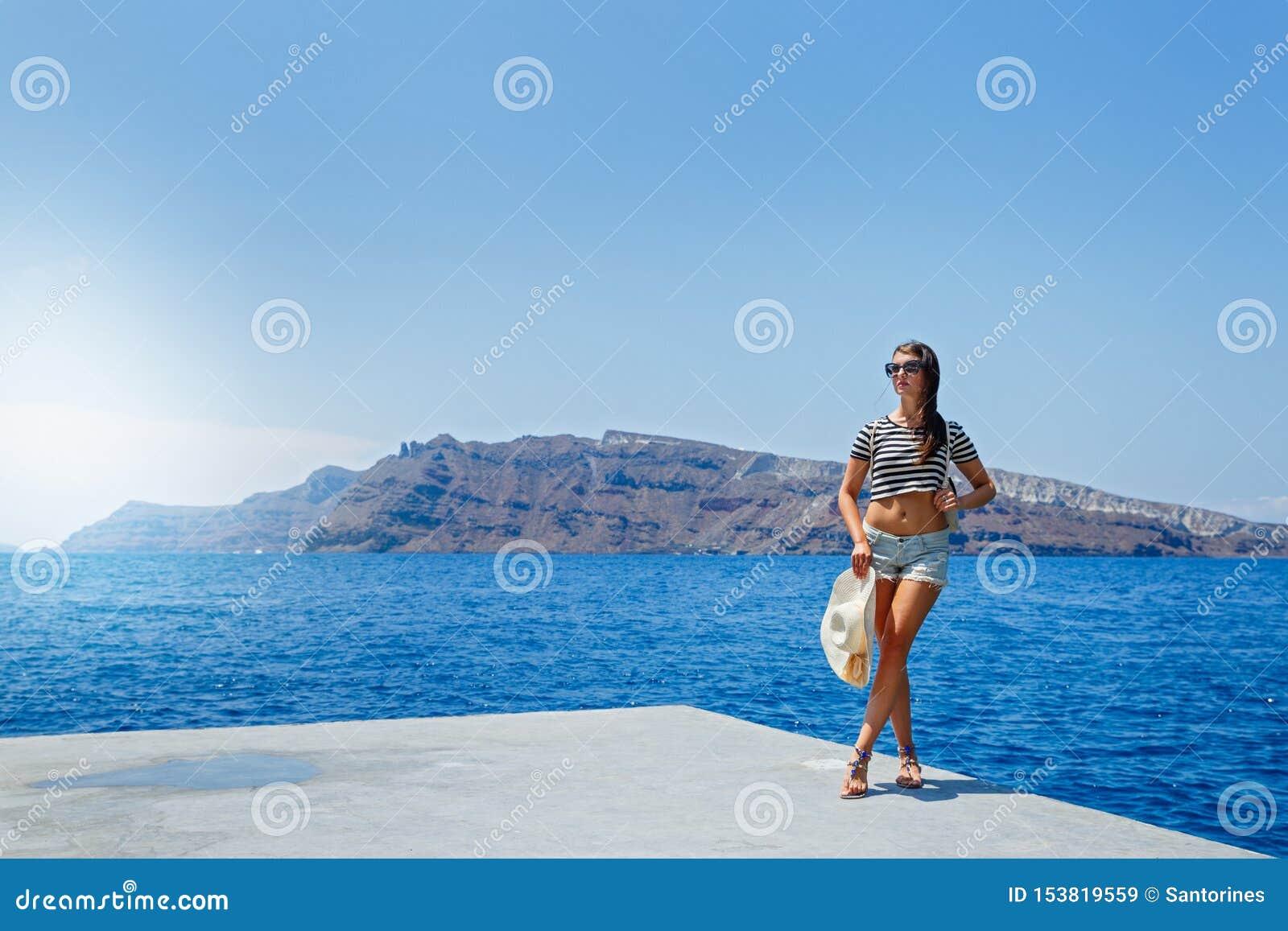 La jeune femme se tient sur le pilier