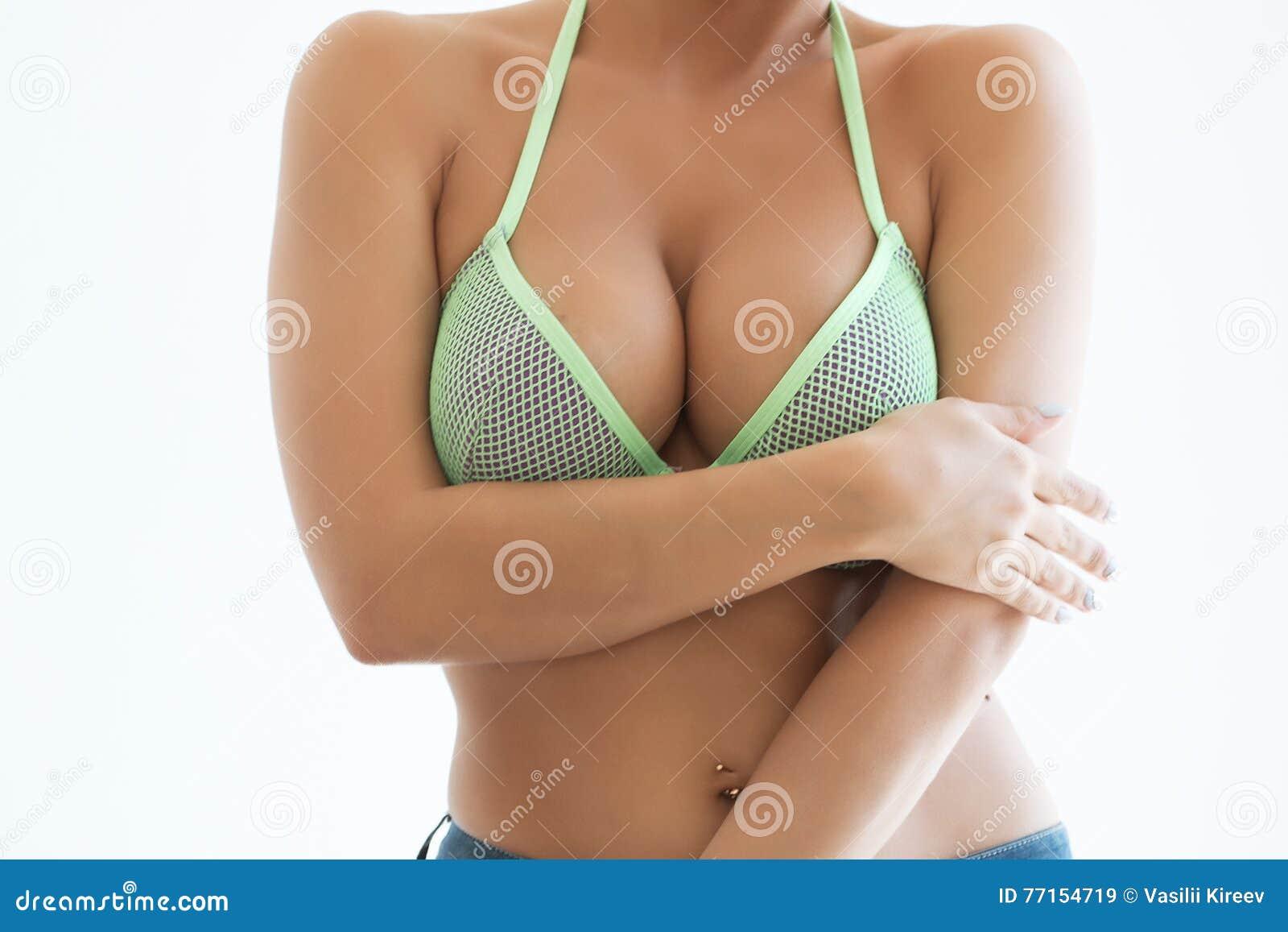 La jeune femme sexy avec de longs cheveux démontrent ses dessous noirs