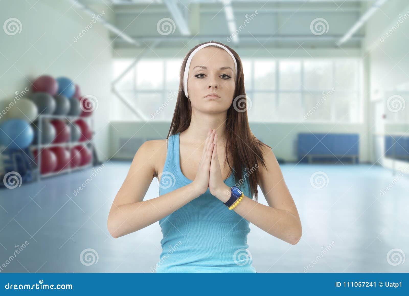 La jeune fille est engagée dans la forme physique