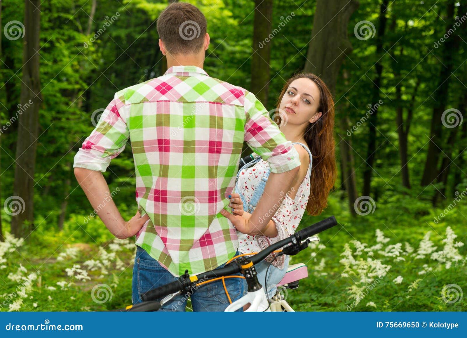 La jeune fille regarde d un type et du regard dans l appareil-photo