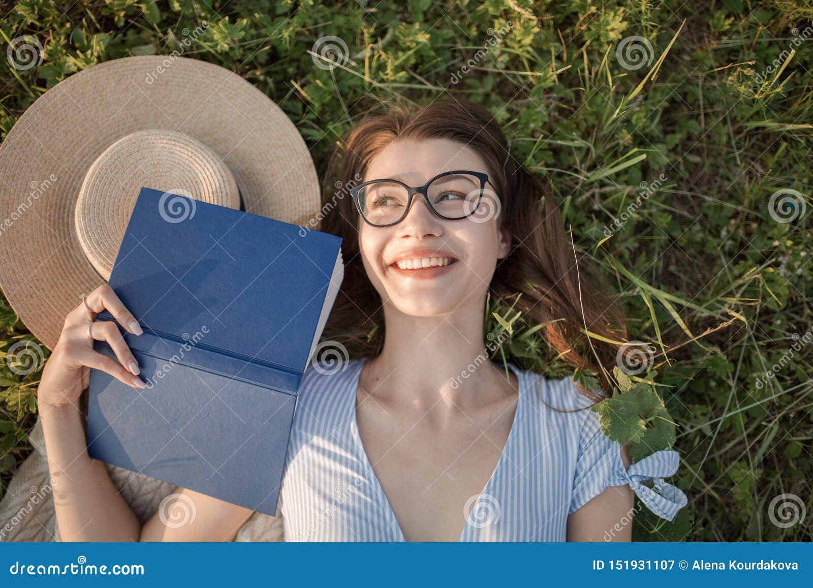 La jeune fille se trouve sur l herbe Attrayant et lumineux heureux