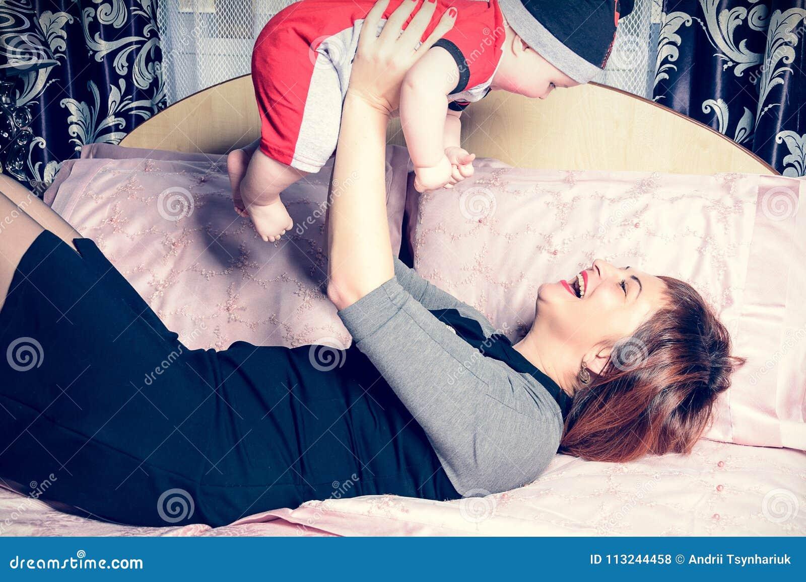 La jeune mère est heureuse participation par petit enfant dans des ses bras