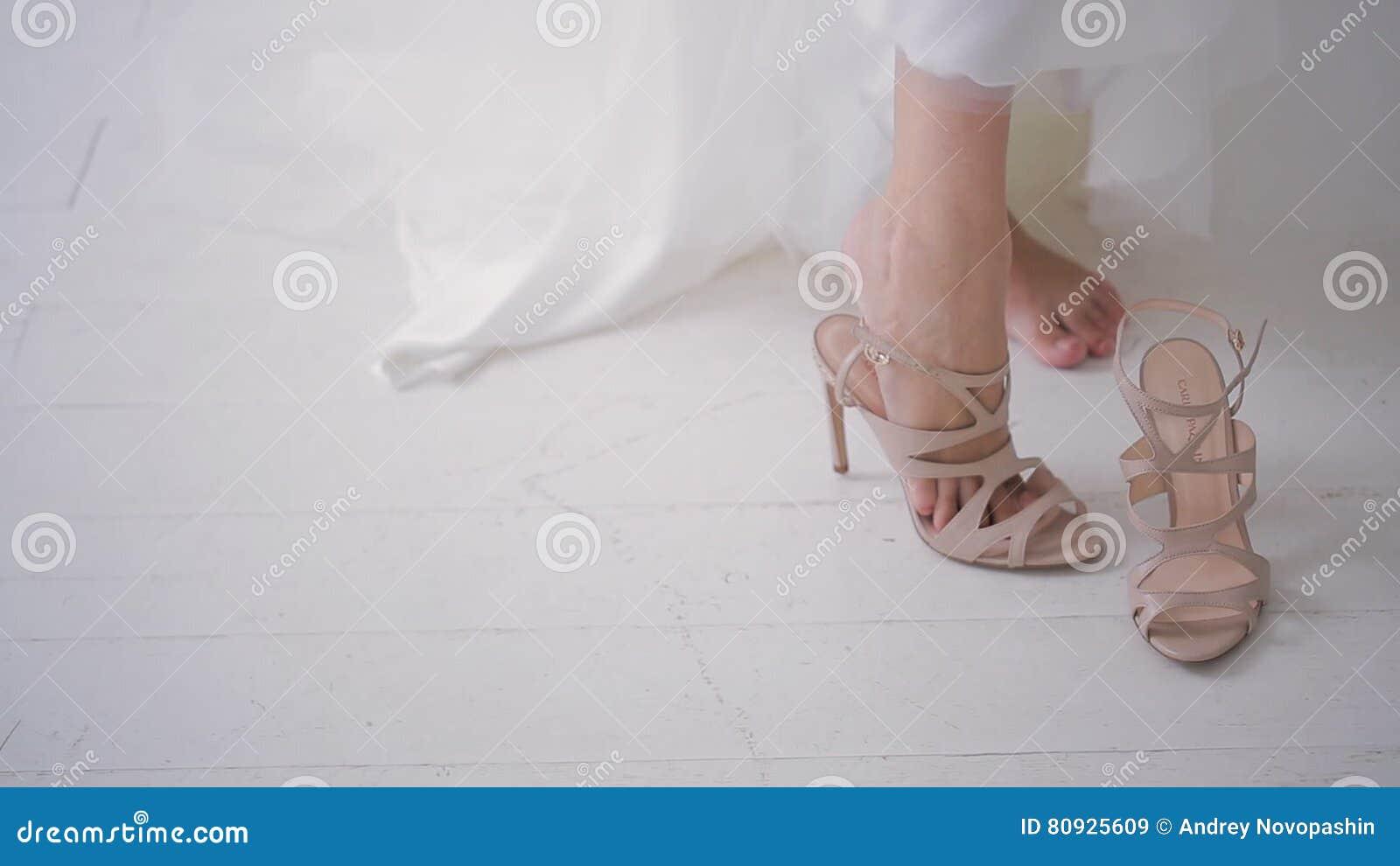 magasin en ligne cfff3 b3dab La Jeune Mariée Dans La Robe Blanche Porte Les Chaussures ...