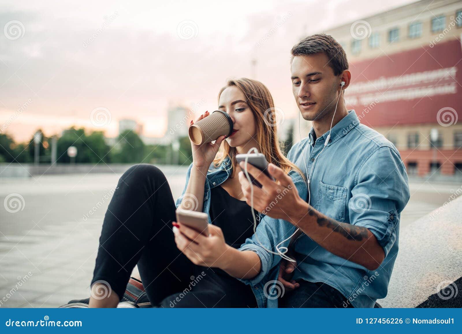 La jeunesse d intoxiqué de téléphone ne peut pas vivre sans instruments