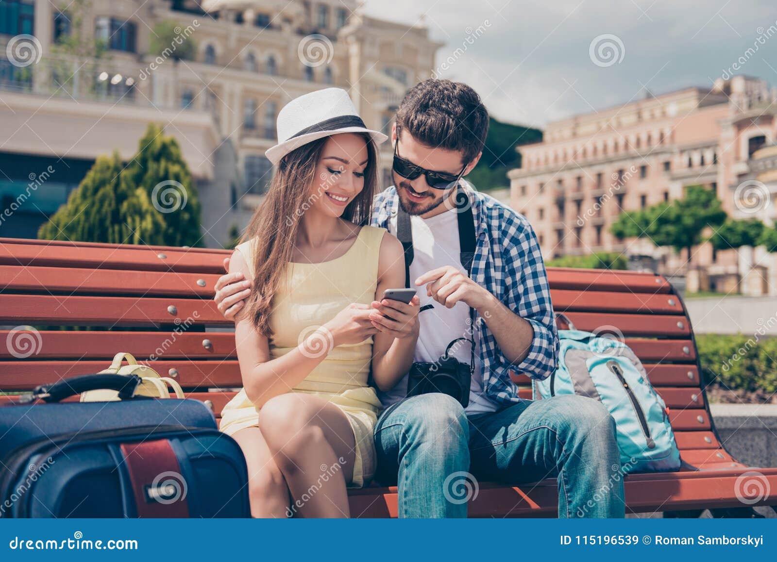 La jeunesse moderne voyage, utilisant des dispositifs de technologie, Internet, appréciant Les ados se reposent dehors avec l app