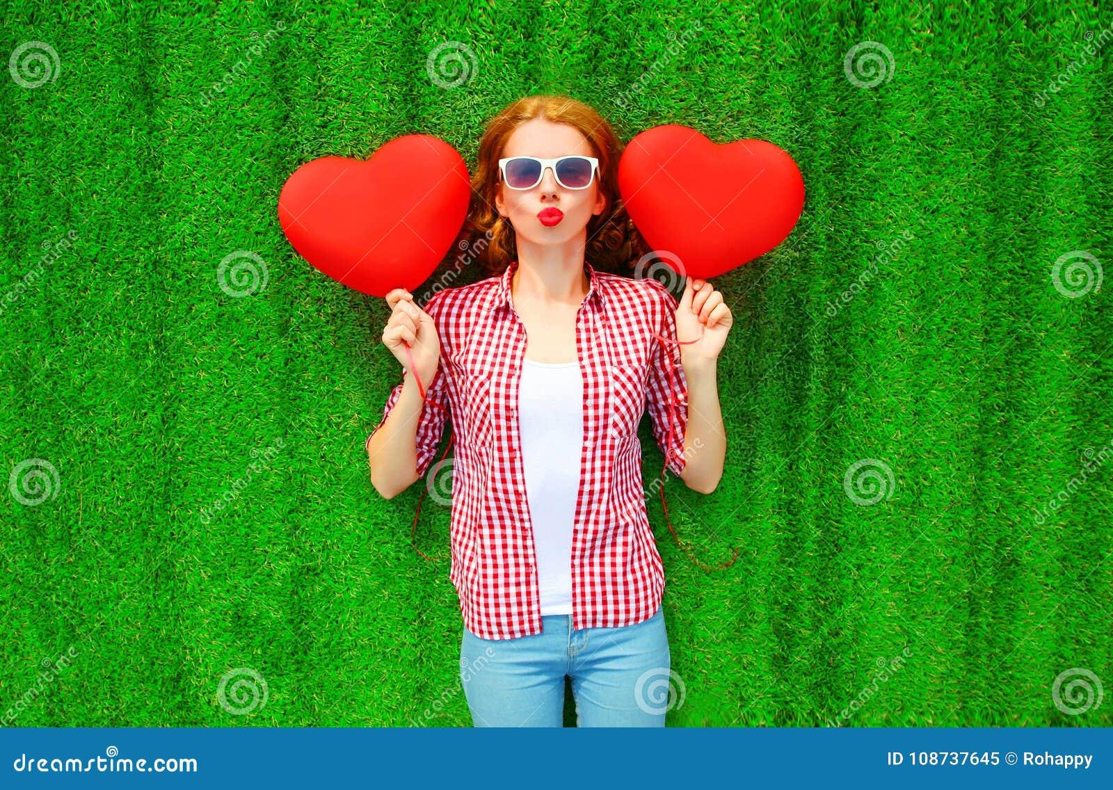 La Jolie Fille De L Air la jolie femme de portrait tient le rouge des ballons à air