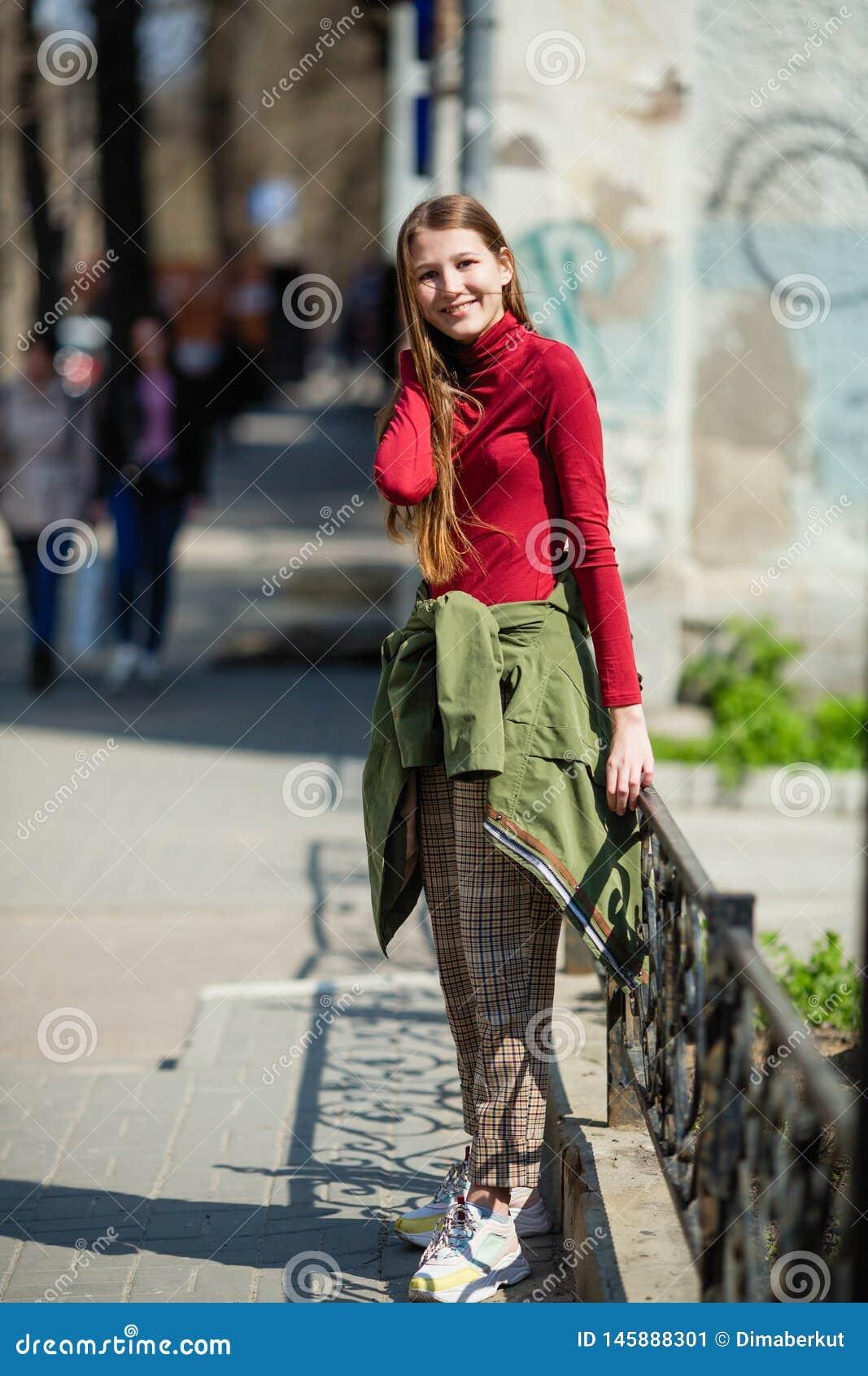 La jolie fille de l adolescence heureuse dupe sur la rue
