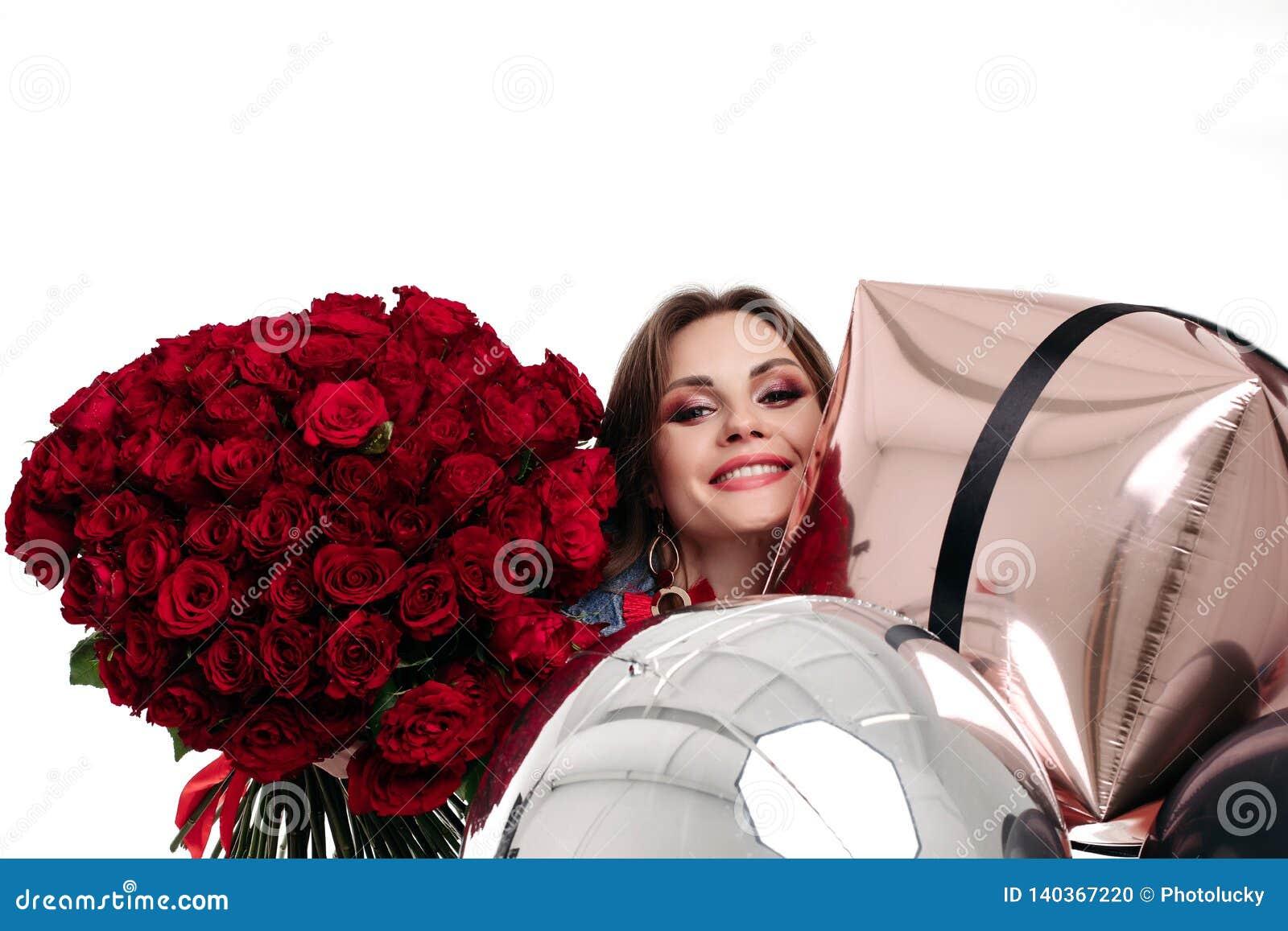 La Jolie Fille De L Air la jolie fille positive avec composent tenir le bouquet des
