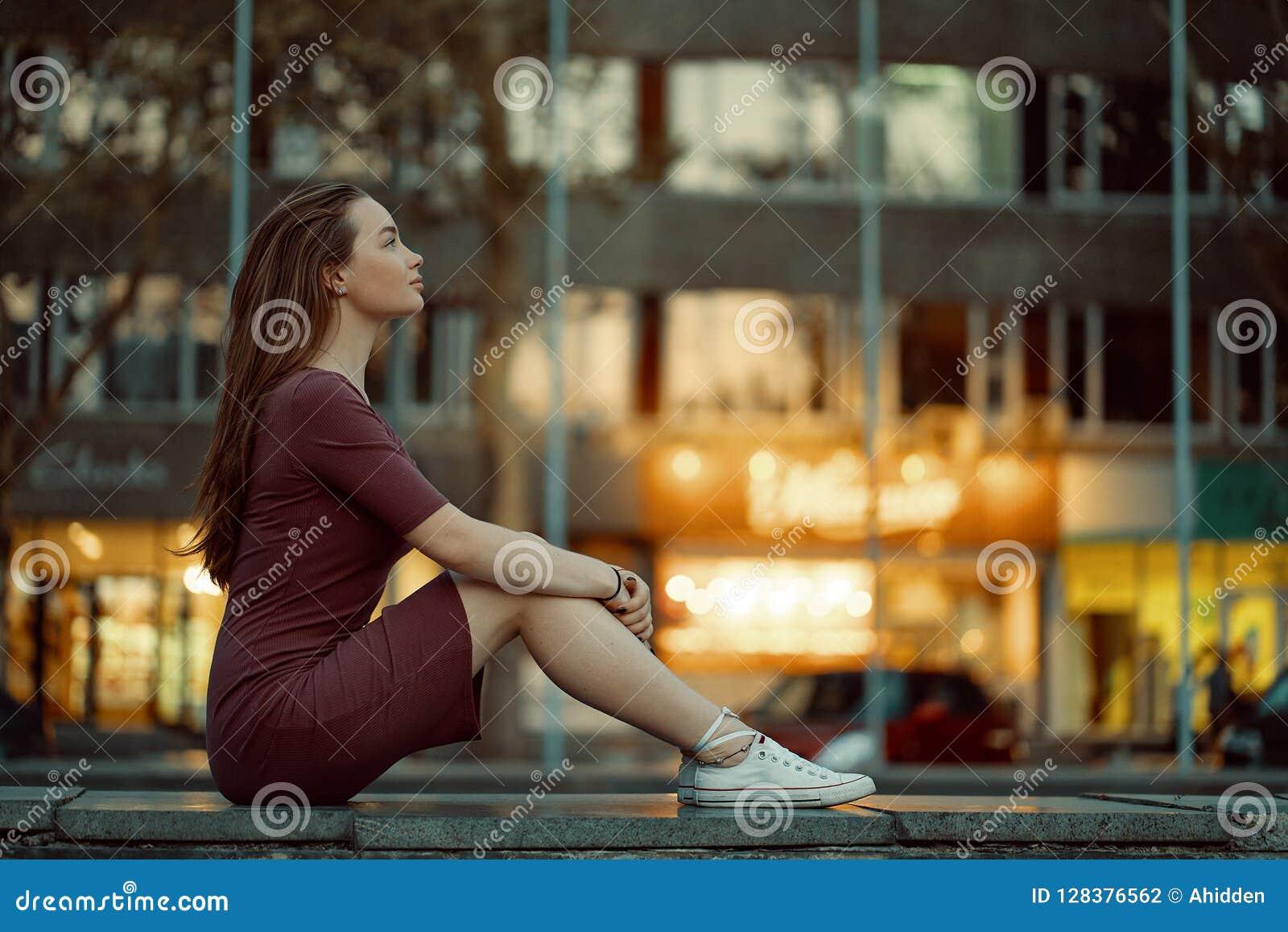 La jolie jeune femme avec des configurations de visage de conte de fées avec la ville s allume