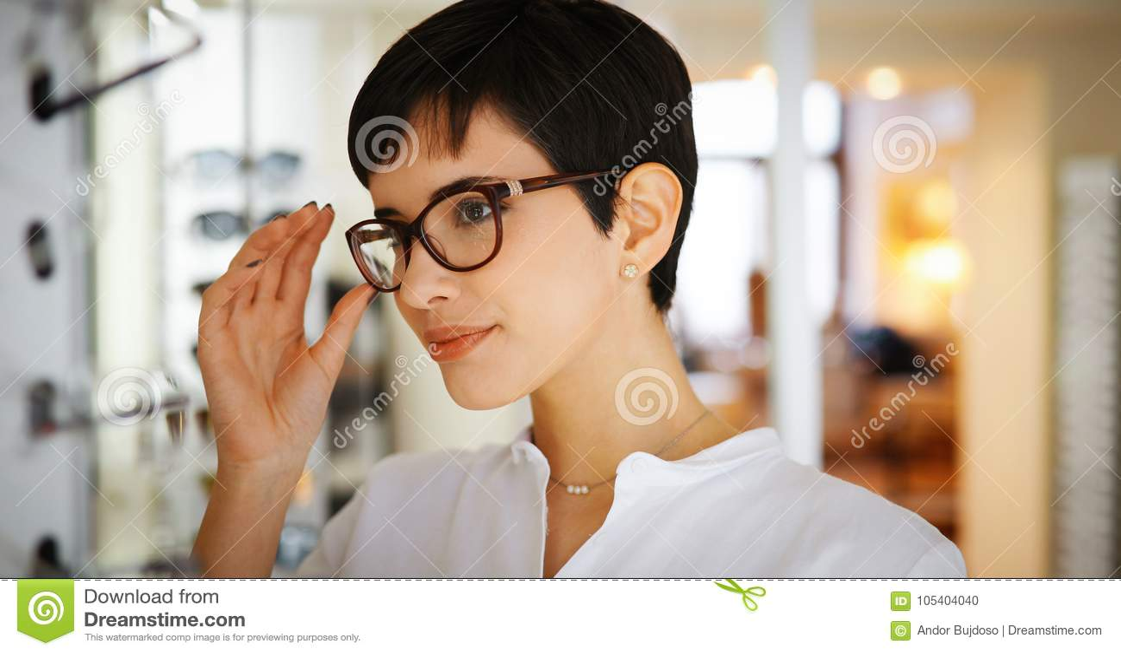 100% de haute qualité mode attrayante images officielles La Jolie Jeune Femme Choisit De Nouveaux Verres Au Magasin D ...
