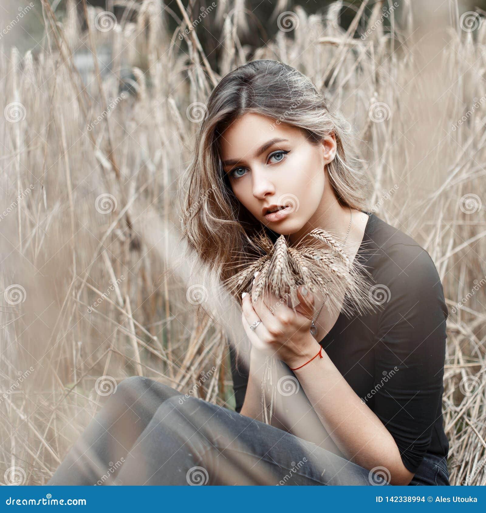 f0a7b304d La Jolie Jeune Femme Rurale Mignonne Avec Les Yeux Ronds Dans Un T ...