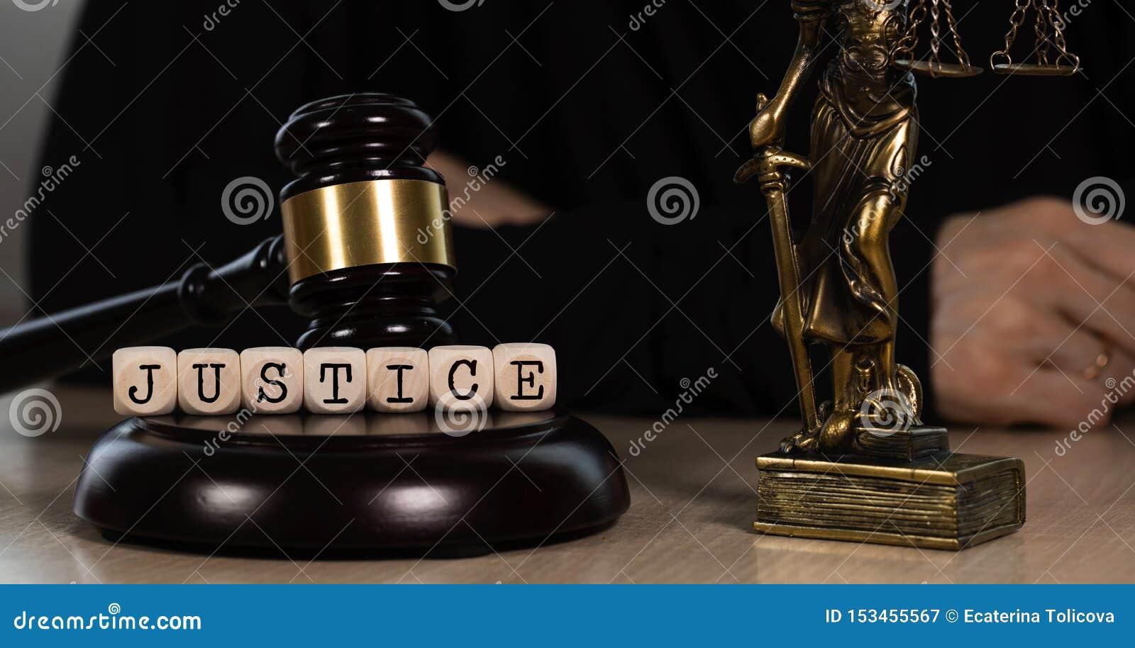 La JUSTICIA de la palabra integrada por de madera corta en cuadritos Mazo y estatua de madera de Themis en el fondo