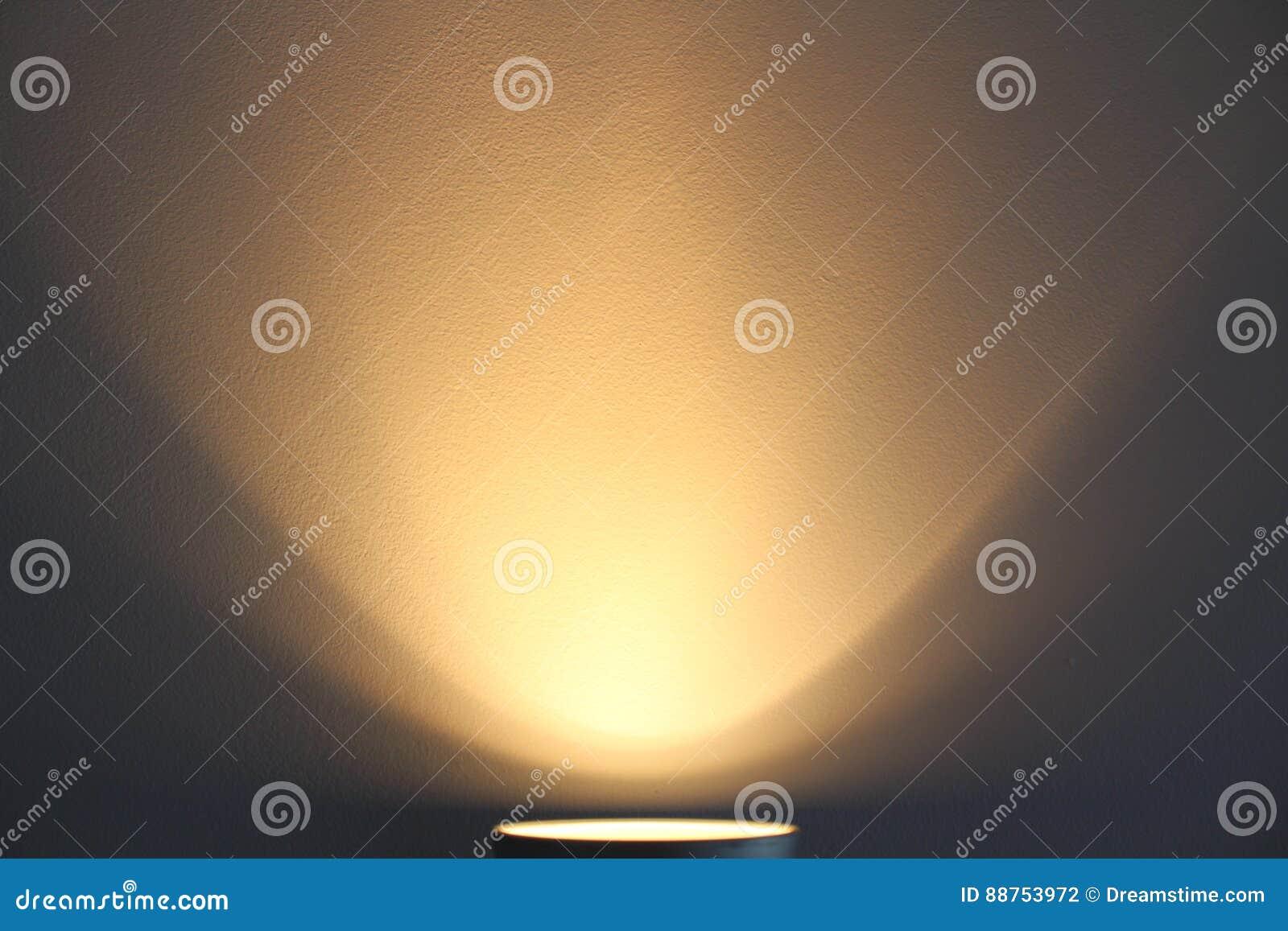 La lámpara brilla con la luz caliente