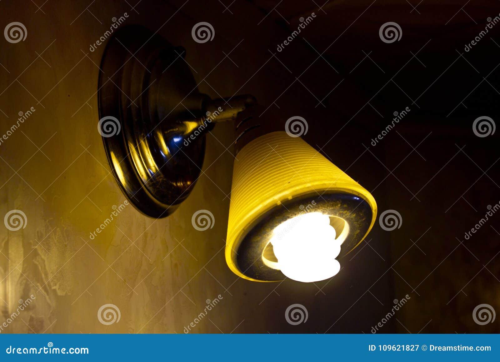 La Lámpara Pared La El Imagen De Y Techo Noche Brilla En La 7vI6gYbyf