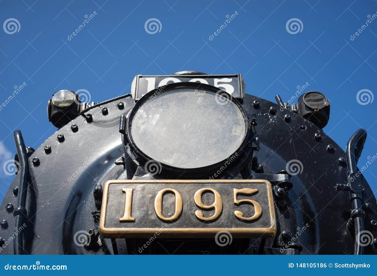 La lámpara y el número de matrícula de una locomotora de vapor jubilada