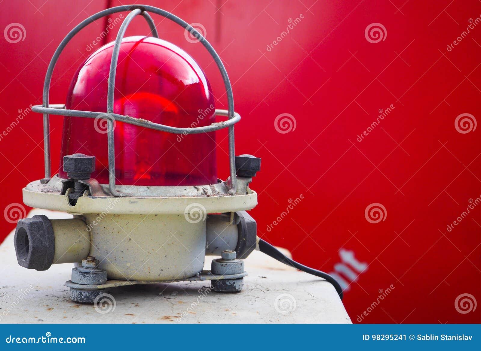 La lampe de signal Lampe de signal rouge industrielle sur un fond rouge Le concept de la sécurité