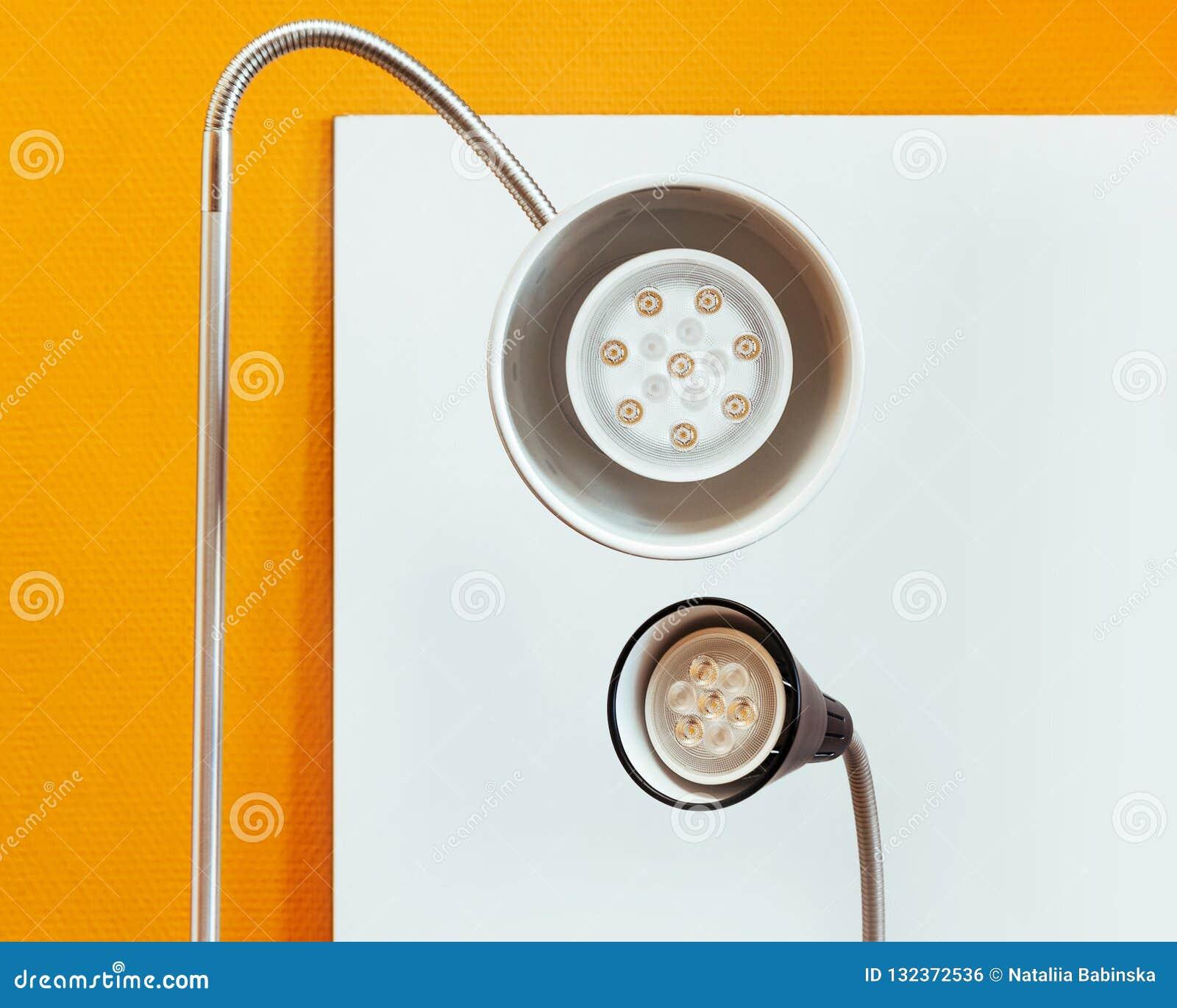 La lanterna della lampada splende il giallo nero due della tavola dell ombra del plafond di nuova tecnologia del giro bianco del