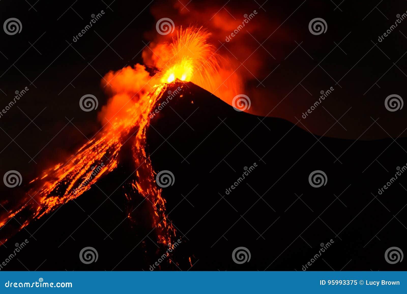 La lave gicle d éclater le volcan de Fuego au Guatemala