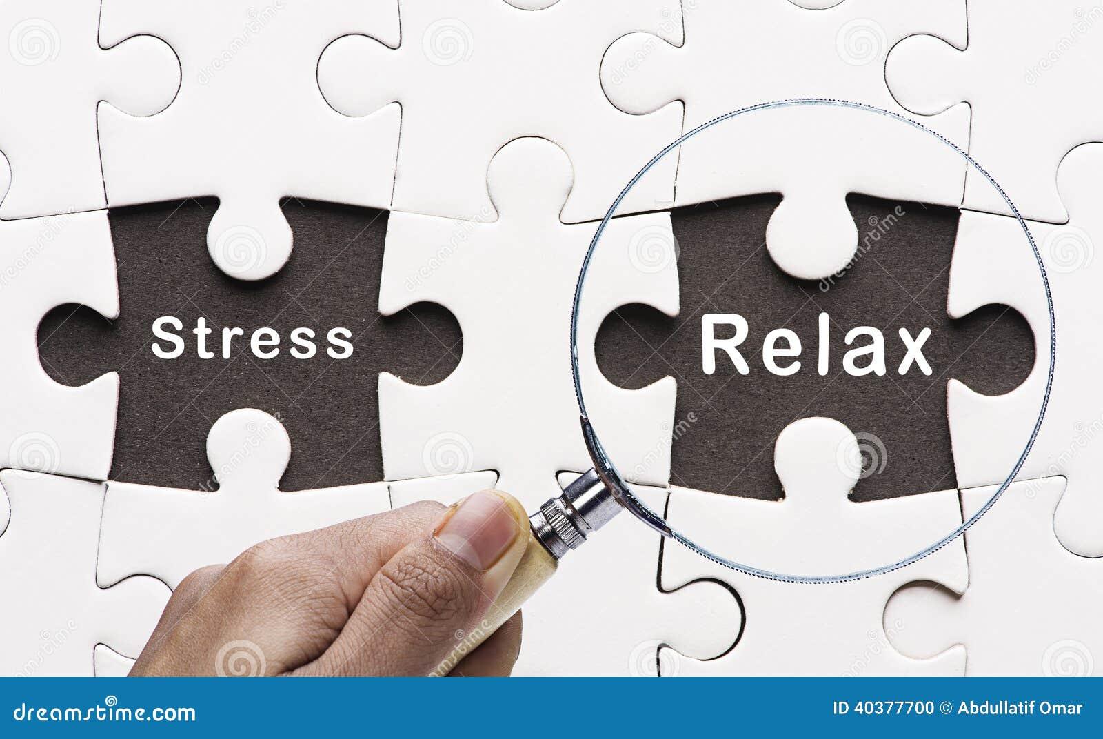 La lente d ingrandimento che cerca la pace mancante di puzzle si rilassa e sollecita